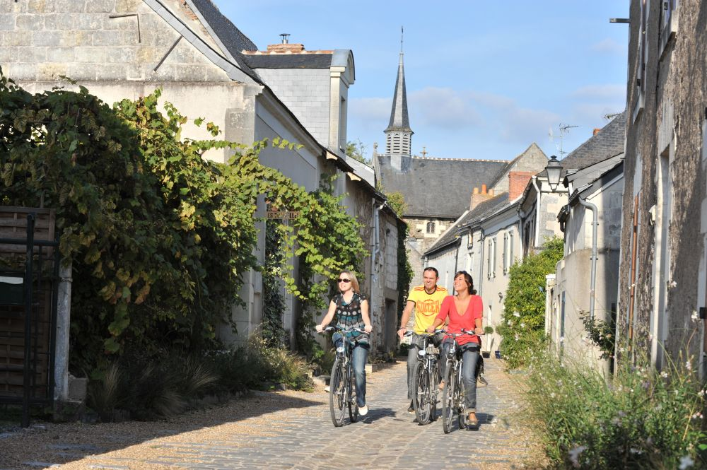 Photo de cyclistes dans un village dans le Val de Loire